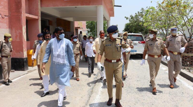 पुलिस कमिश्नर गौतमबुद्धनगर द्वारा ग्रेटर नोएडा क्षेत्र के ग्रामों का भ्रमण कर ग्रामीणों से कोविड-19 की जाॅच के सम्बन्ध में फीडबैक लिया एवं सेनेटाइजेशन कराया गया