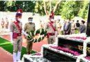 """पुलिस स्मृति दिवस"""" के अवसर पुलिस कमिश्नर गौतमबुद्धनगर आलोक सिंह व जनपद न्यायाधीश एके सिंह द्वारा पुलिस लाइन्स, सूरजपुर के शहीद स्मारक पर दिवंगत पुलिसकर्मियों को दी गई श्रद्धांजलि।"""